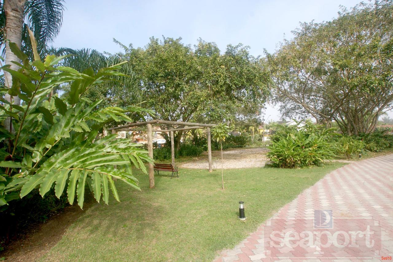 Jardim e rua interna do Cond.