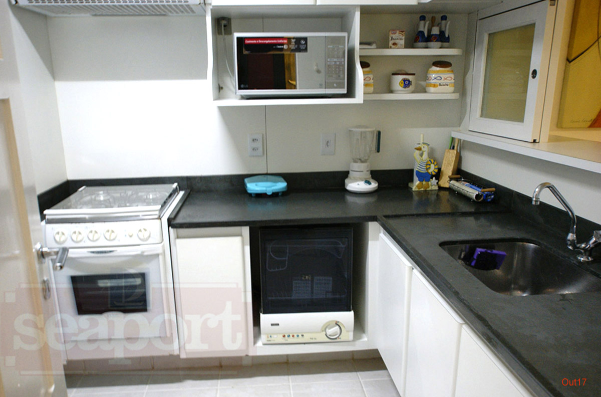 Cozinha equipada com microondas, lava-louças, liquidificador e minigrill